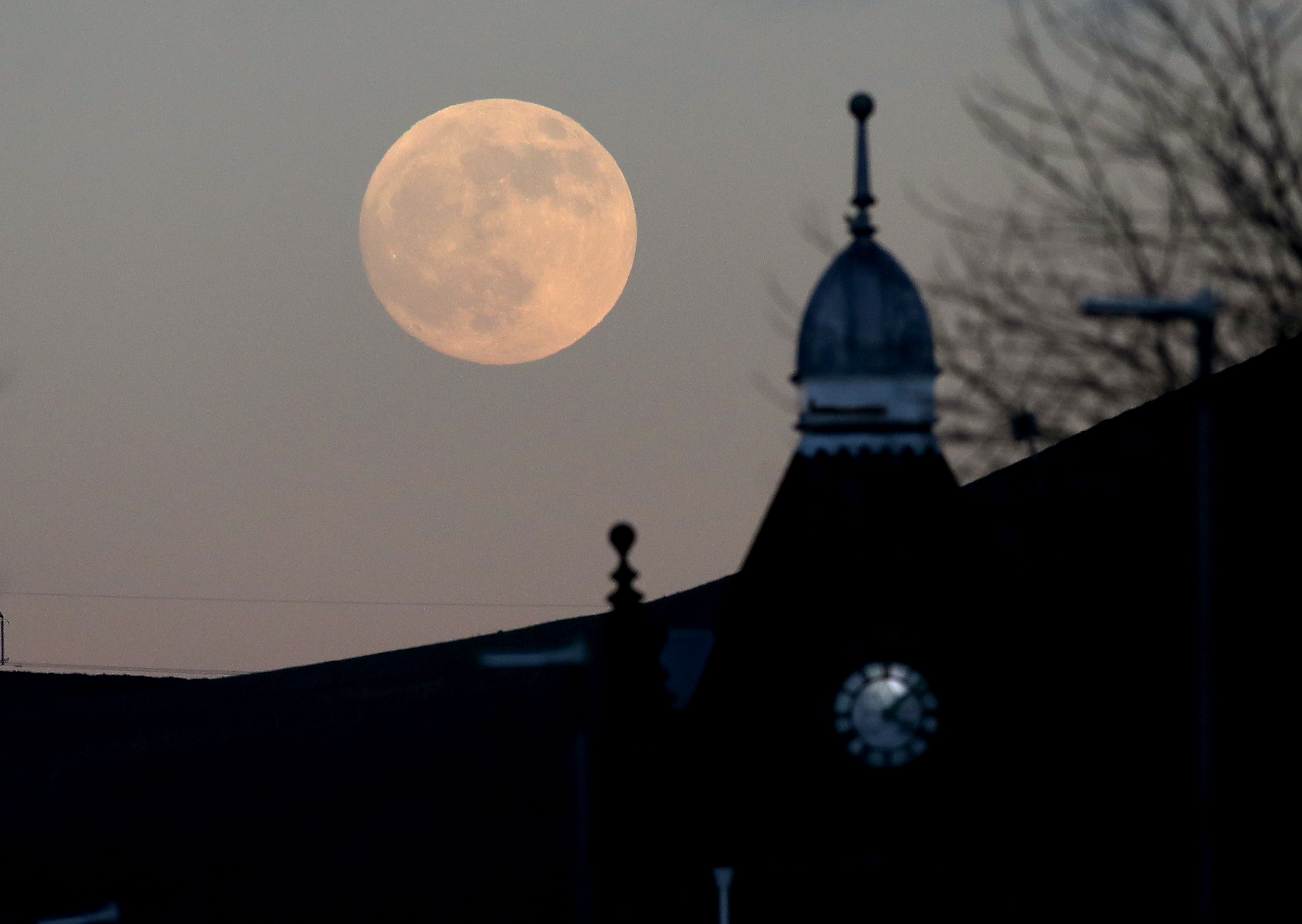 Super Snow Moon shines over Ireland tonight