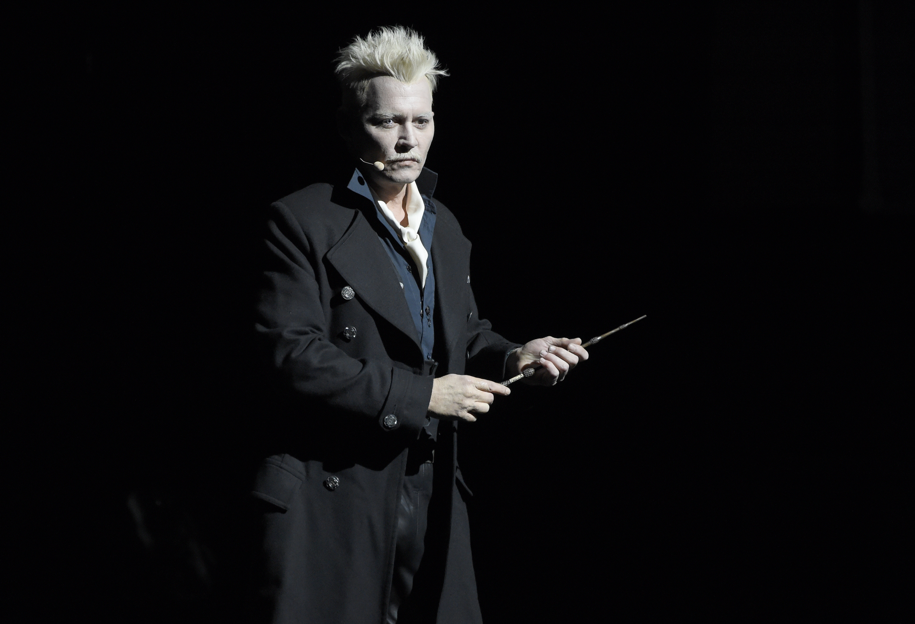 Blond Johnny Depp stuns Comic-Con audience in full Fantastic Beasts costume