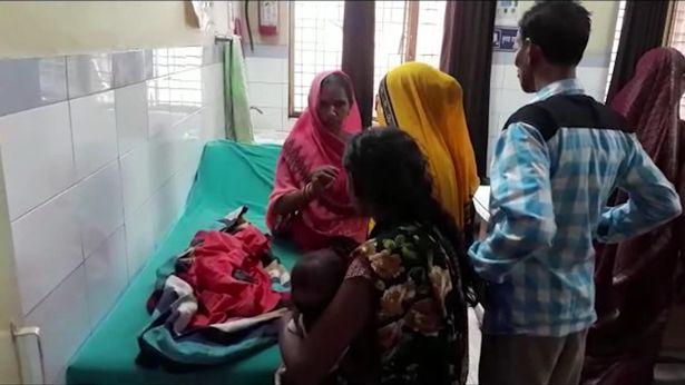 Keluarga yang menunggu sang anak di Etah, India.