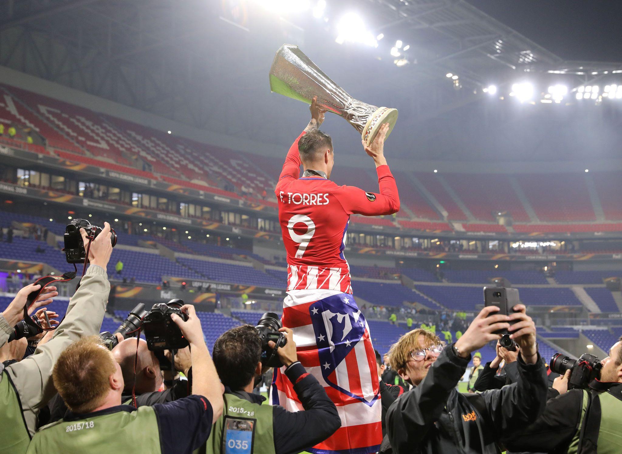 Torres raises silverware. Image: PA
