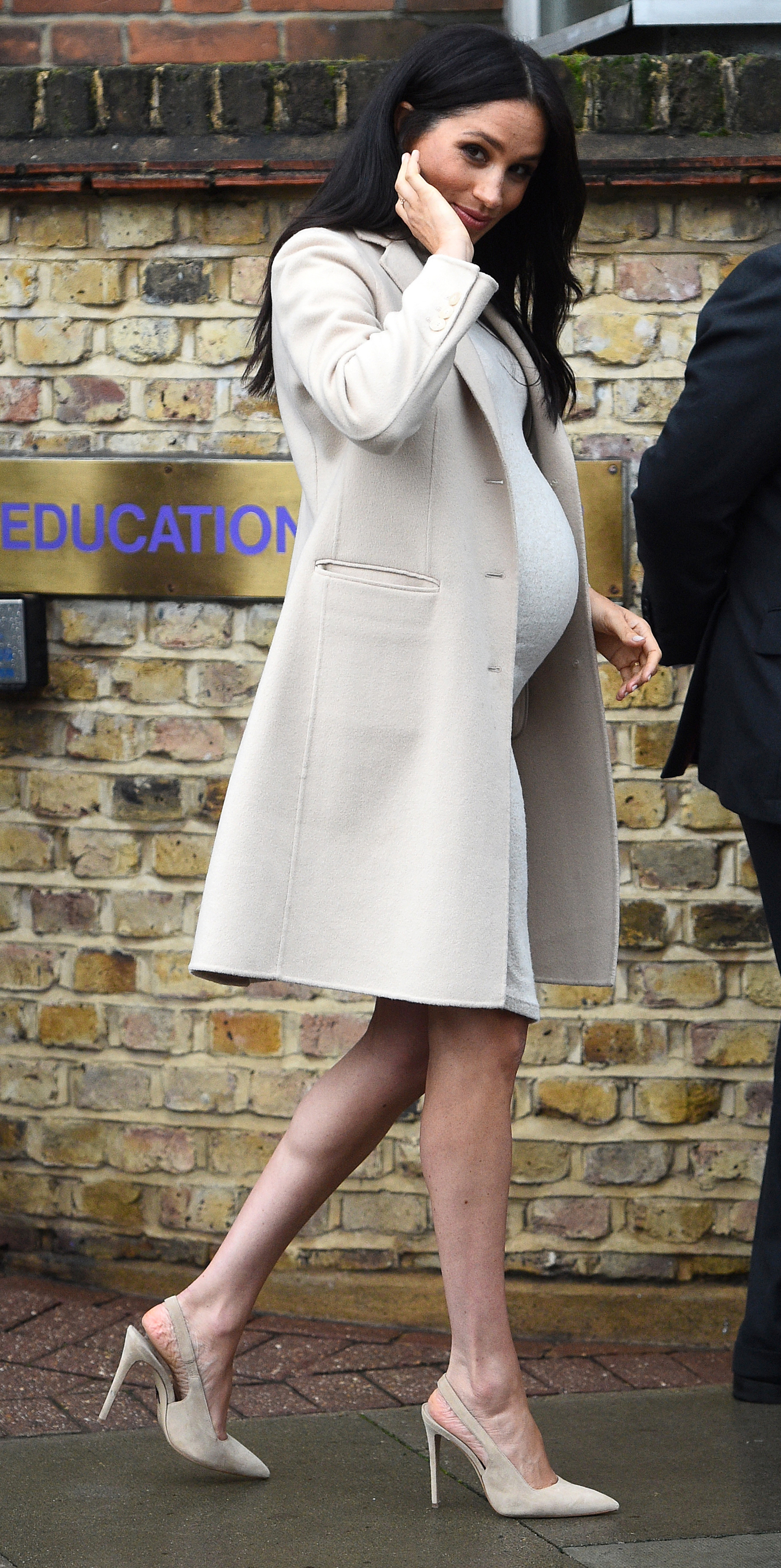62bbfc39998 Meghan Markle Wears £25 H M Maternity Dress - Pretty 52
