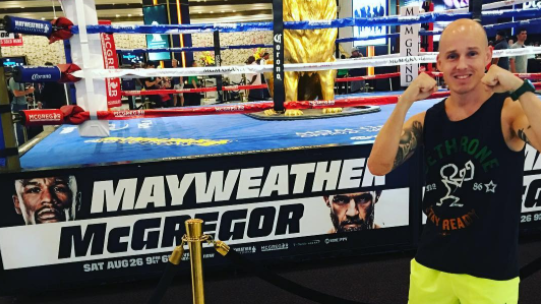 This Guy Managed To Blag Himself Ringside Seats For Mayweather-McGregor Fight