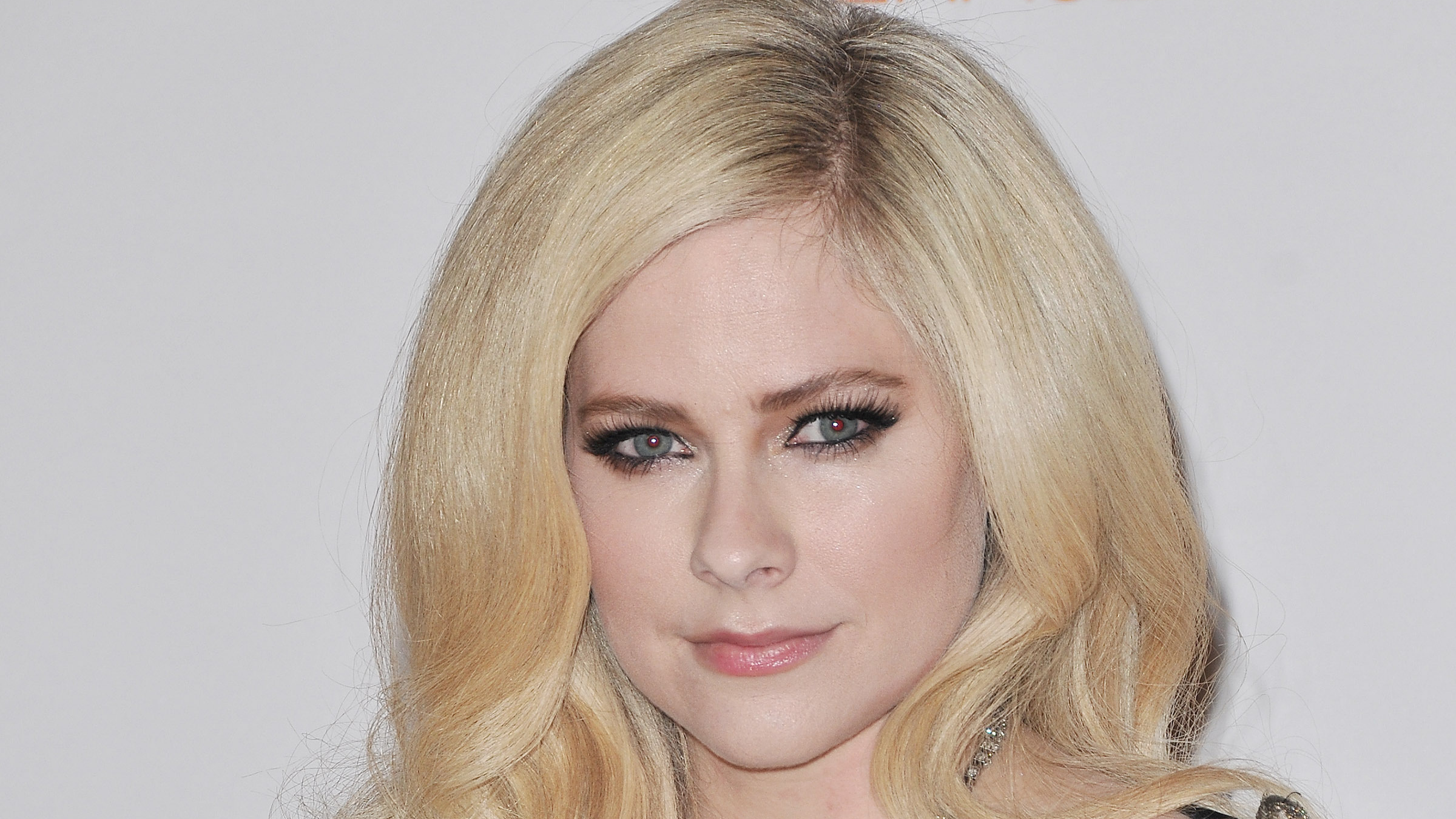 Avril Lavigne Addresses Conpiracy Theory She Died in 2003