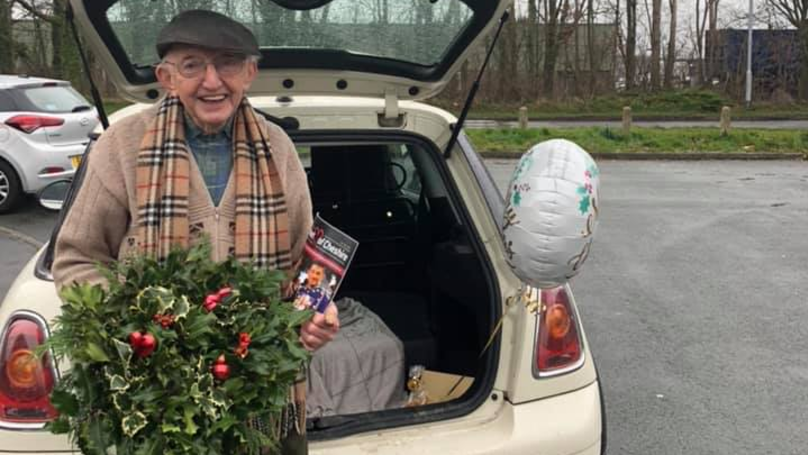 Elderly Man Flooded With Support After His Wreath-Making Business Goes Viral