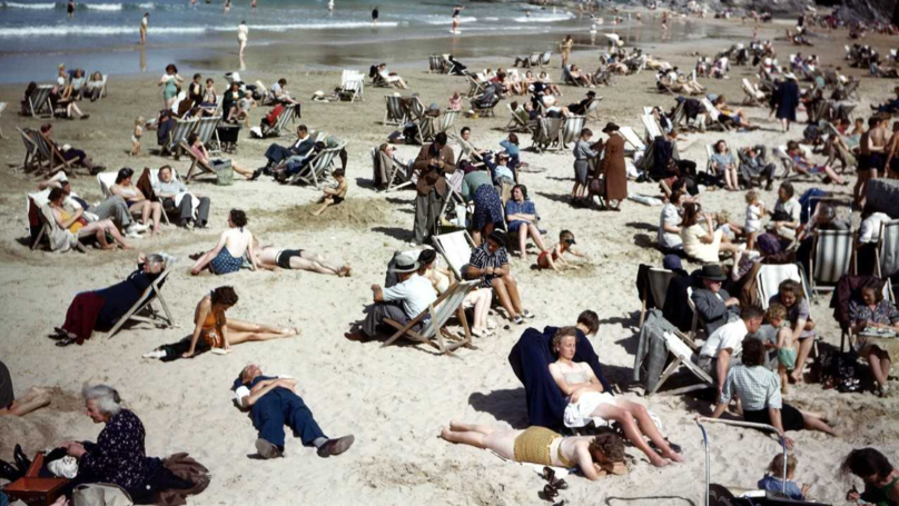 People Spot 'Time Traveller' On Mobile Phone In Photo From The 40s