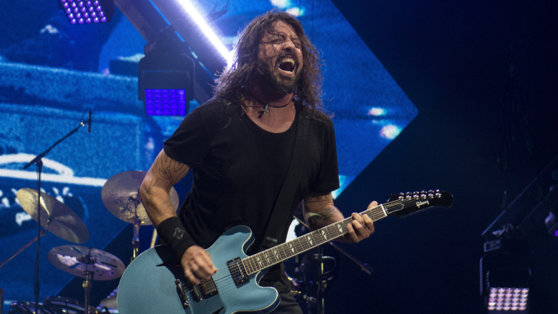 Dave Grohl Brings Blind Child On Stage During Foo Fighters Gig
