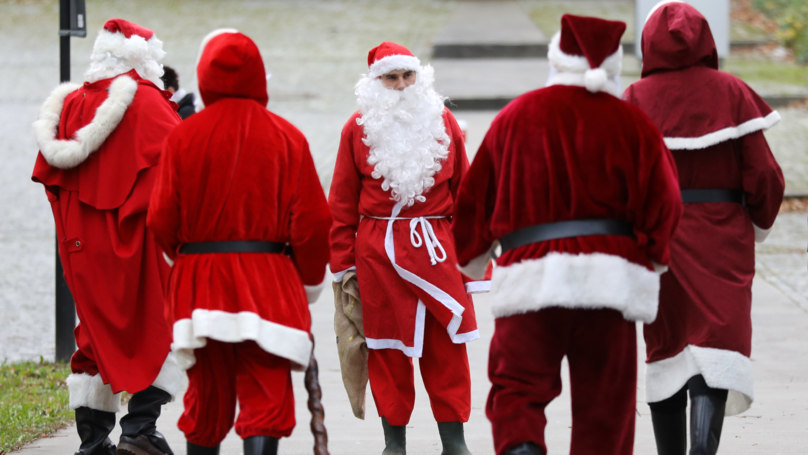 'Bad Santa' Rips Off Beard And Tells Kids To Get The F*** Out