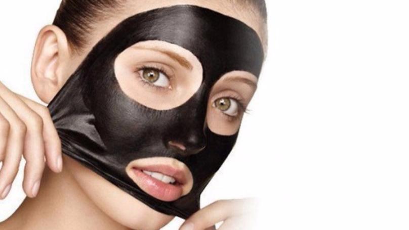 Les masques pour la personne nettoyant avec le charbon et la gélatine