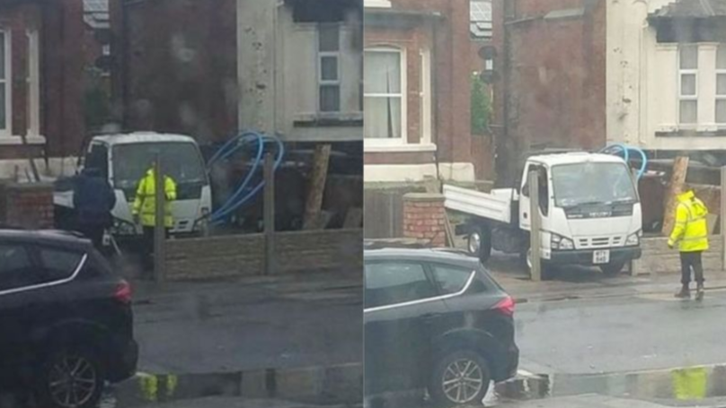 工人陷阱周围建造栅栏后车在车道上