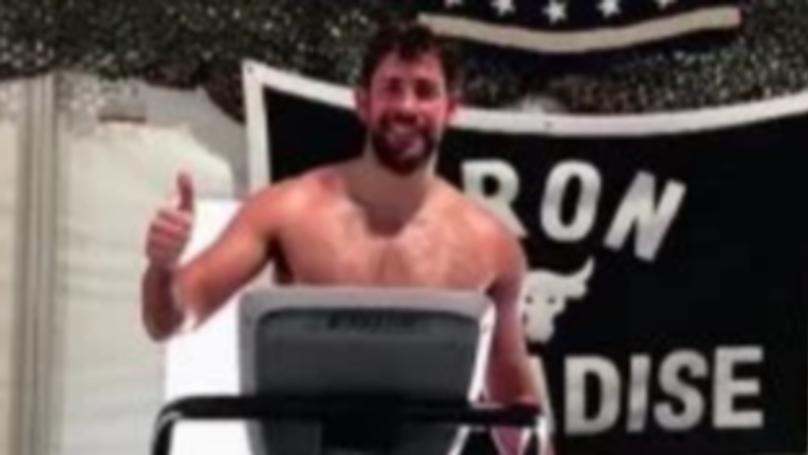 """道恩·强森说他""""看不见""""约翰·卡拉辛斯基的Naked Gym Selfie"""