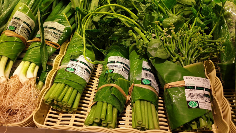 Supermarkets In Asia Are Using Banana Leaves Instead Of Plastic Bags