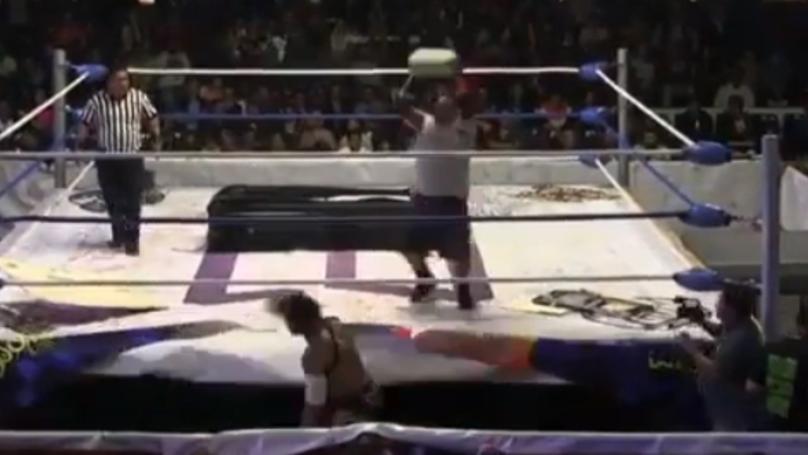 摔跤手抛出混凝土砌块在对手的头