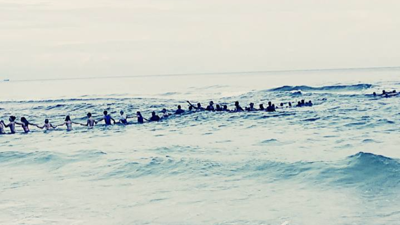 People Form A Human Chain To Rescue Family Stuck In The Ocean