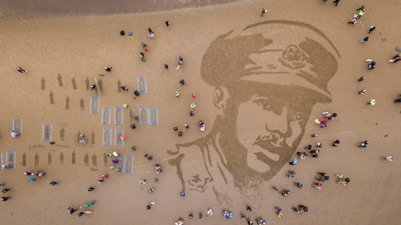 danny boyle leads sand portrait tribute to those who died in ww1