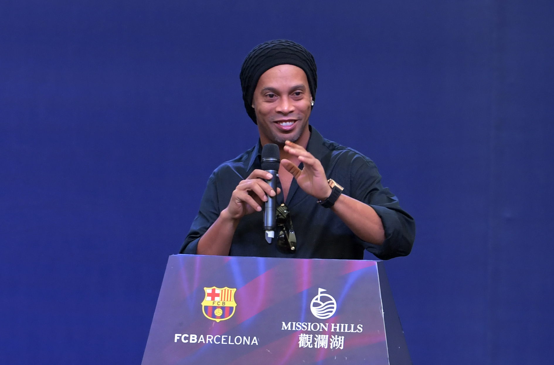 Barcelona consider how to respond to Ronaldinho's support for Jair Bolsonaro