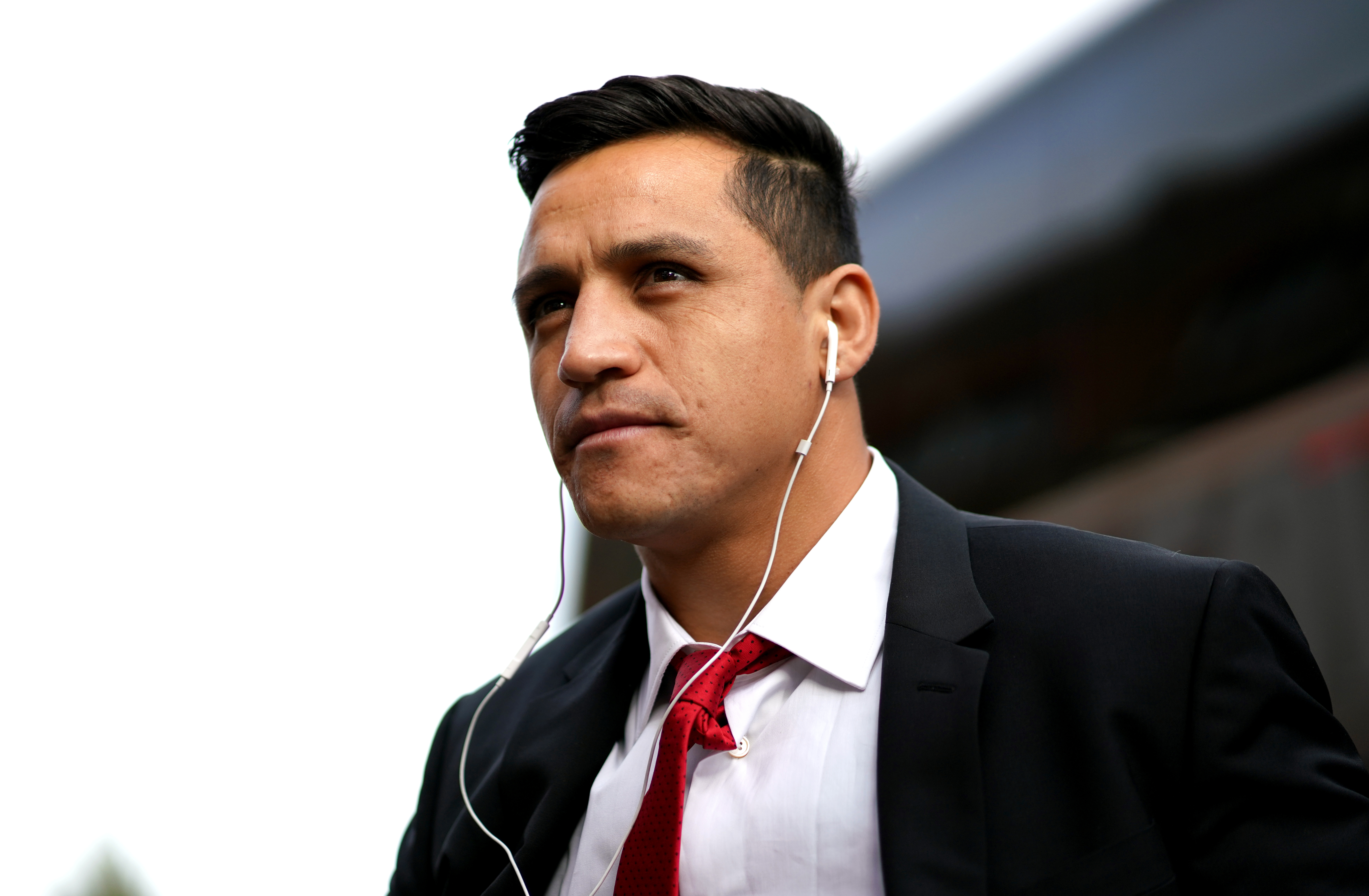Sánchez Gets Injured After Running Into A Linesman During PSG Match  - FootyNews.co.uk