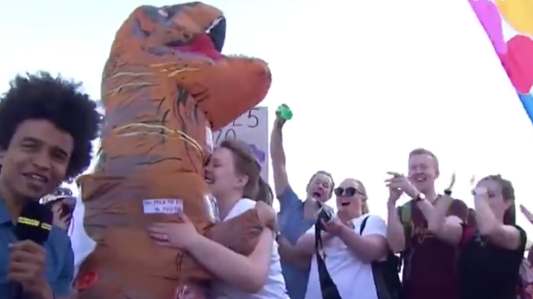 Man In Dinosaur Costume Proposes To Girlfriend At London Marathon