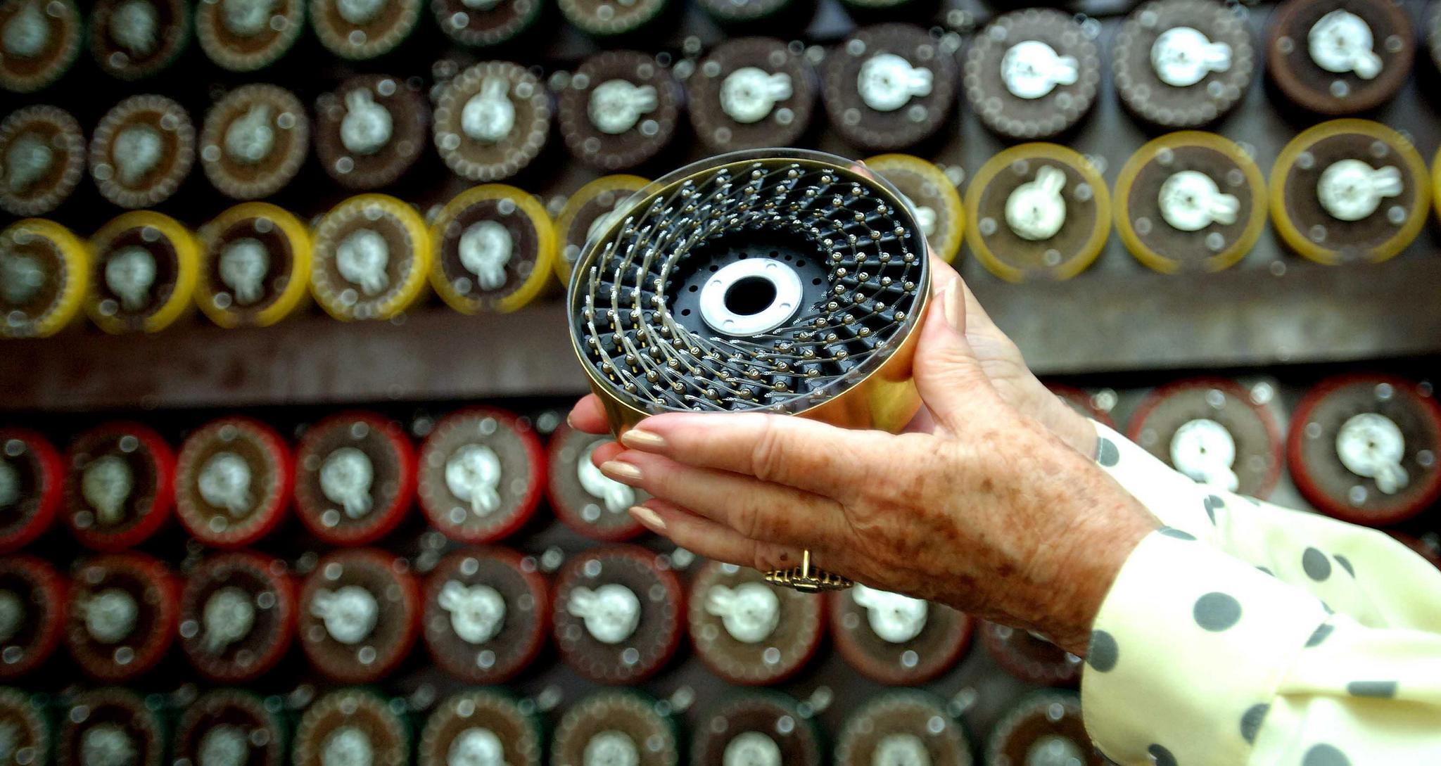 Eski bomba operatörü Jean Valentine 82, restore edilmiş ve tamamen işleyen bir Turing Bombe ile yeniden bir araya geldi.  Kredi: PA