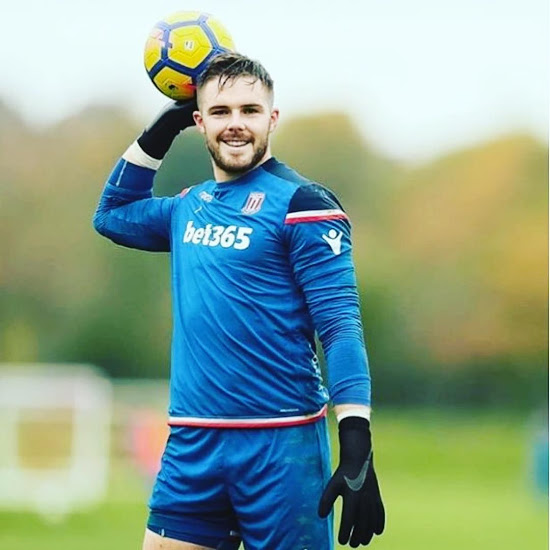 f03eed08f Goalkeeping Guru Uses Nike s Revolutionary Strapless Gloves And They ...