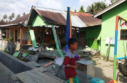 Rescuers struggle to reach area devastated by Indonesia quake  and tsunami