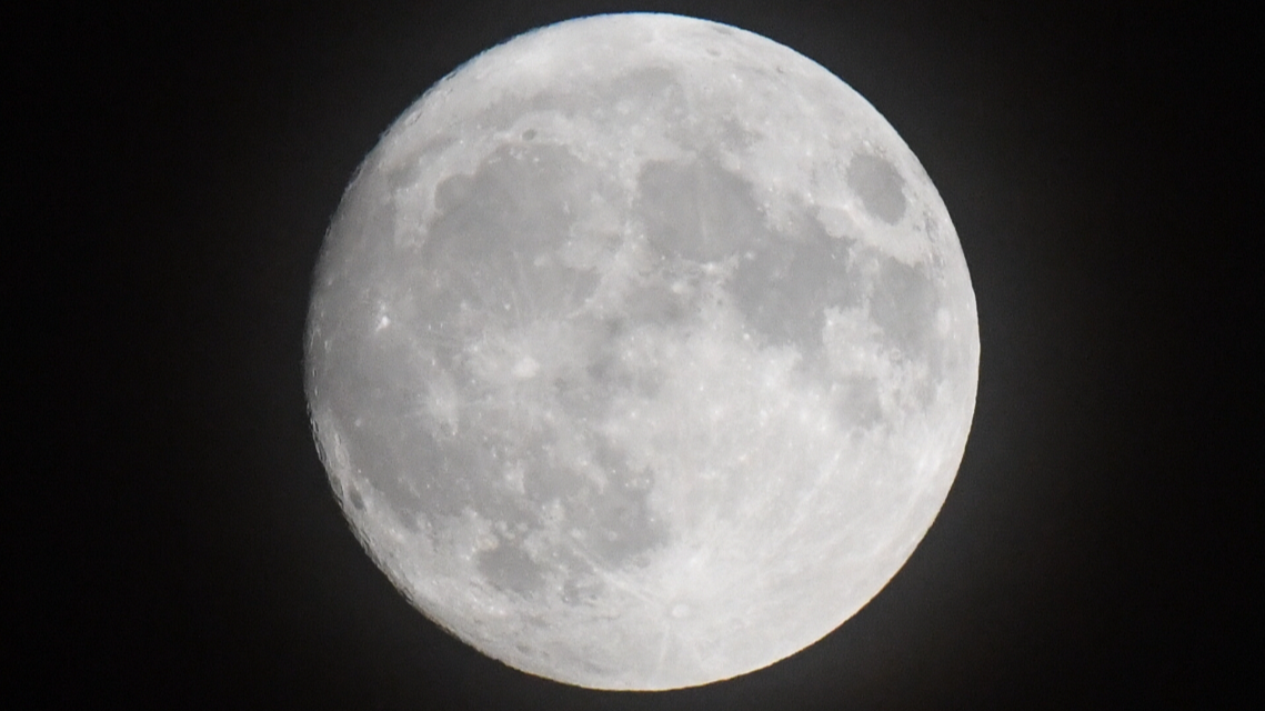 People Think Supermoon Is NASA Conspiracy – And That The Moon Is Actually 4.7 Miles Away