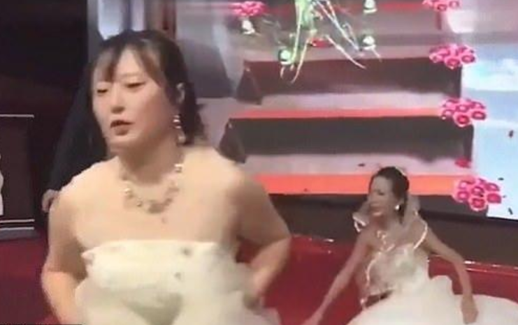 The bride eventually stormed off, and was well within her rights to do so. Credit: Sina News
