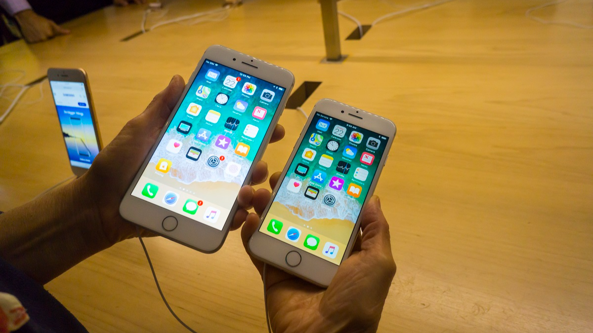 Apple Investigating Claims New iPhone Splits Apart When Charging